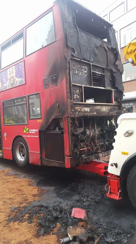 Pożar autobusu w Kingston upon Thames, akcja gaszenia pożaru trwała ponad godzinę