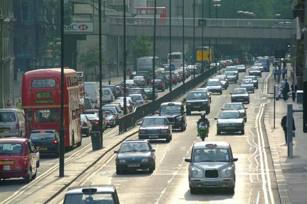 Ruch lewostronny czy prawostronny - dlaczego w Polsce jeździ się prawą stroną jezdni?