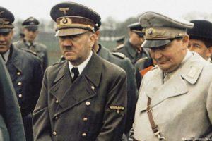 Ferdinand Porsche (w kapeluszu) miał bliskie kontakty z Hitlerem. Fot. Źródło: dw.de