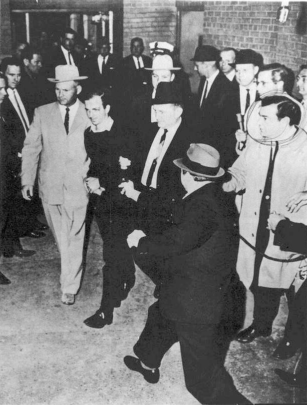 W niedzielę, 24 listopada 1963 roku Lee Harvey Oswald został zastrzelony przez Jacka Ruby'ego gdy wyprowadzano go z budynku policji w Dallas. Fot. wikipedia