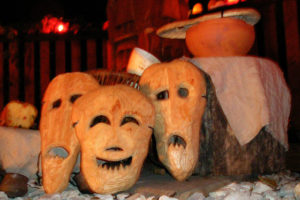 Pokarmy dla duchów zmarłych i maski (kraboszki) je symbolizujące – Dziady. Fot. Źródło: wikipedia