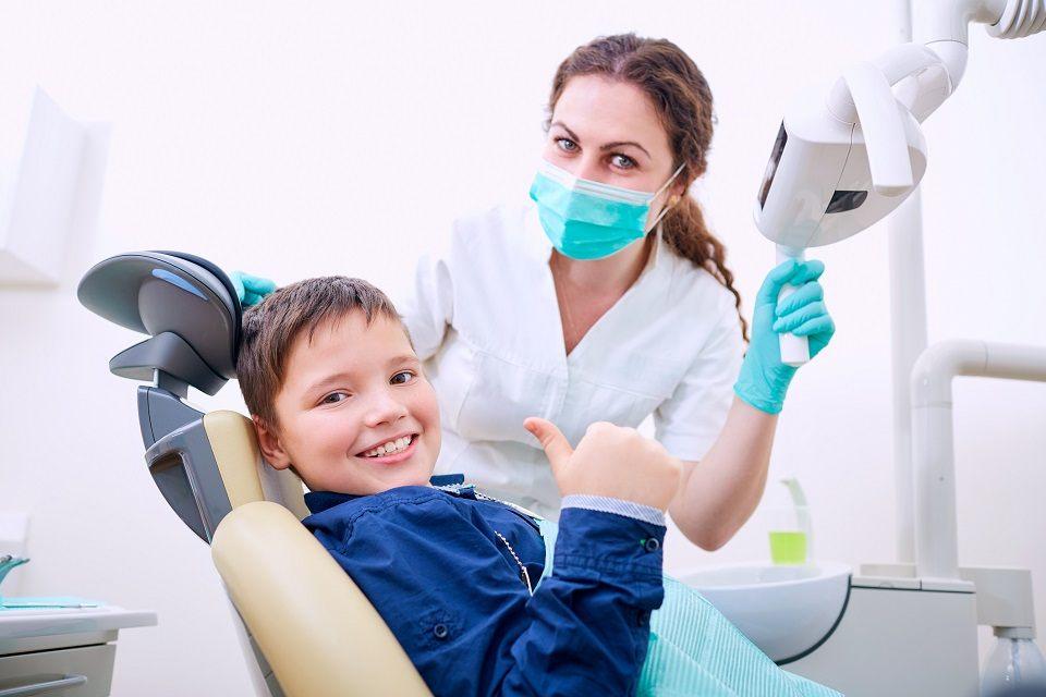 Kiedy powinniśmy udać się z dzieckiem na wizytę do stomatologa?