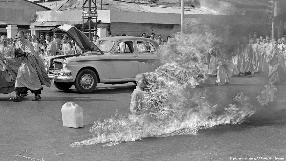 11 czerwca 1963 w Sajgonie podpalił się mnich Thich Quang Duc. Był to protest przeciwko represjonowaniu buddyzmu. Fot. Źródło: dw.de
