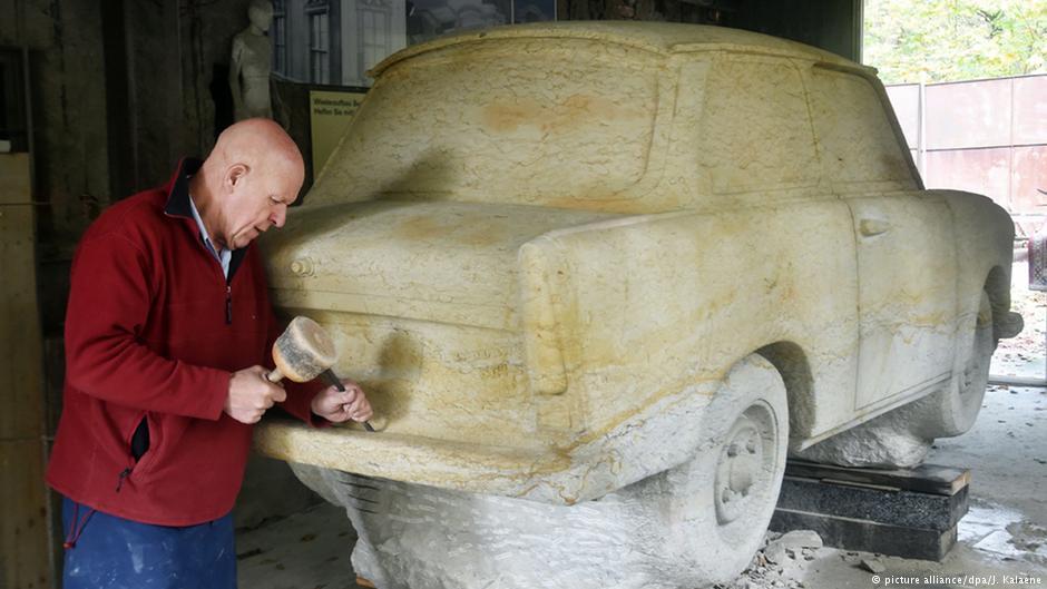 Trabant uwieczniony w kamieniu przez rzeźbiarza Carlo Wlocha. Fot. Źródło: dw.de
