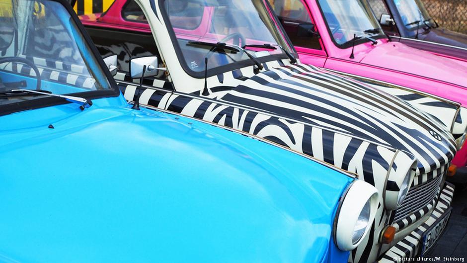 Fantazja nie zna granic. Te modele można wynająć przy Checkpoint Charlie. Fot. Źródło: dw.de