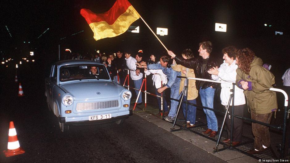 Rok 1989 r. Mieszkańcy zachodniego Berlina witają swych rodaków z NRD. Fot. Źródło: dw.de