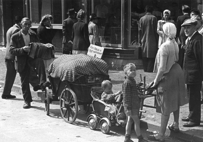 Dzieci urodzone ze związków Polek z żołnierzami Wehrmachtu, które zostały w Polsce, czekał ciężki los. Na zdjęciu: Niemcy wypędzeni w 1948 roku. Fot. Źródło: Bundesarchiv, lic.: CC BY-SA 3.0 de