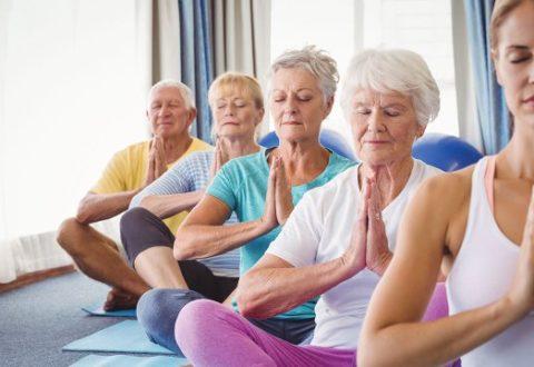 Joga świetna dla seniorów – pomaga zwalczyć ból kręgosłupa i poprawić postawę ciała