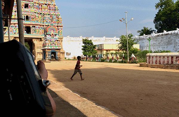 Adi Kumbeswarar – Tam na zewnątrz murów świątynnych w oczekiwaniu na jej otwarcie