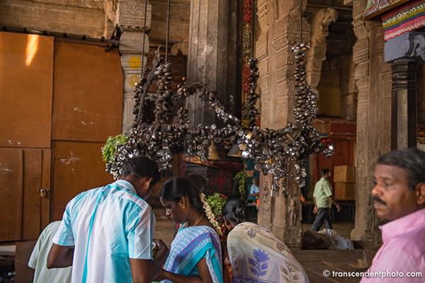 Świątynia Ranganathaswamy – ołtarz przyozdobiony kilkoma setkami, jeśli nie więcej metalowych kłódek