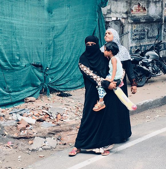 po ulicy przechadzają się chrześcijanie, muzułmanie i hindusi