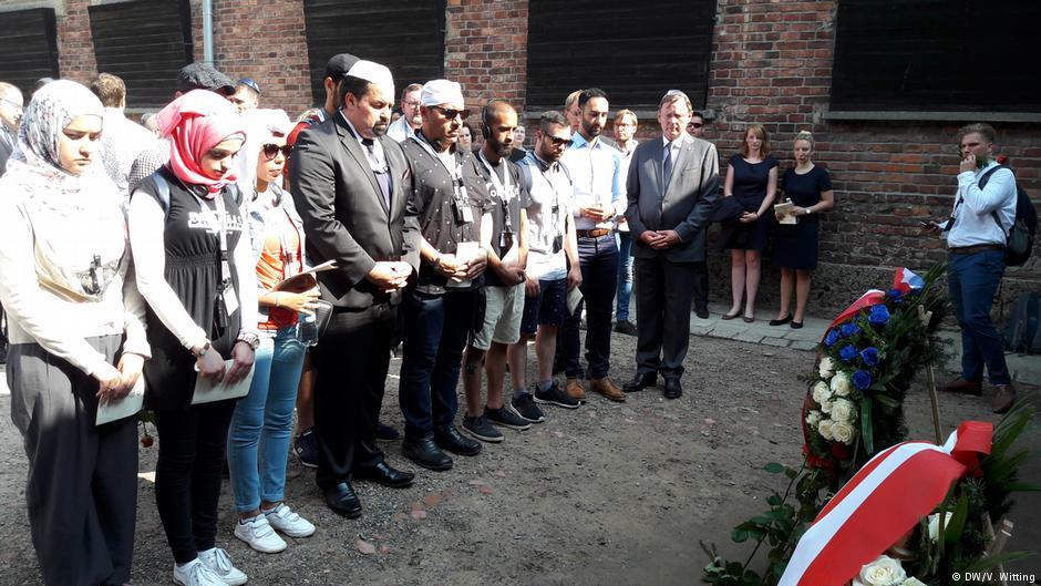 Grupa młodzieży żydowskiej i muzułmańskiej z Niemiec odwiedziła były obóz koncentracyjny Auschwitz-Birkenau, by poznać historię i zrewidować uprzedzenia.