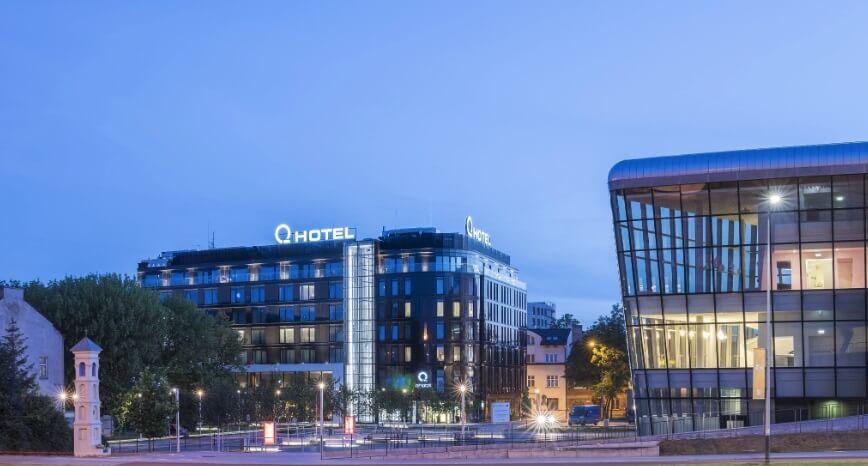 Q Hotele to sieć wyjątkowa, która staje na wysokości zadania pod wieloma względami.