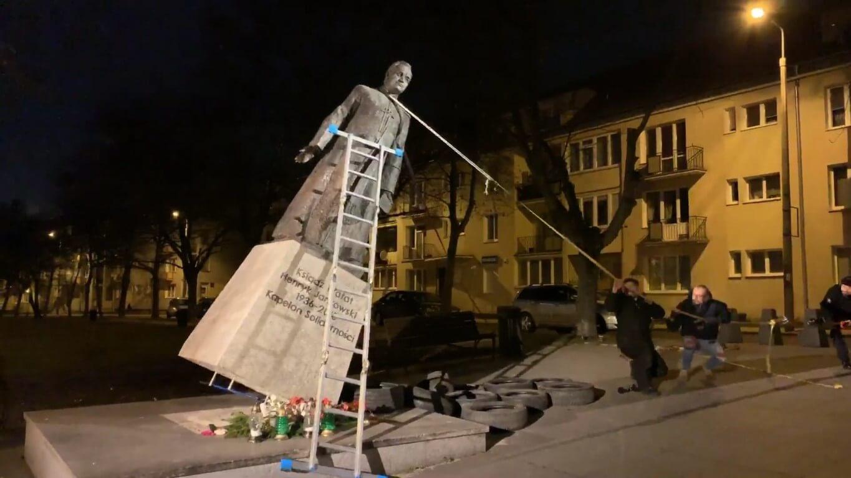 Magdalena Środa: Pomnik leży i może tak powinno zostać