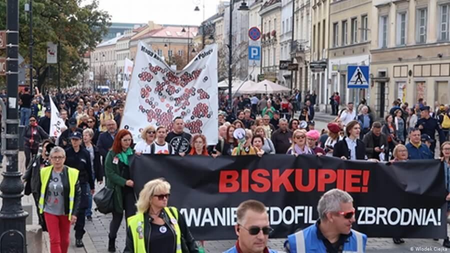 W procesie wyjaśniania przypadków seksualnego molestowania nieletnich przez duchownych katolicka Polska pozostaje daleko za innymi krajami