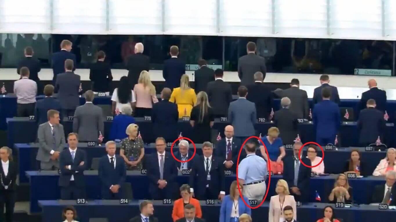 """Podczas pierwszej sesji PE odegrano """"Odę do radości"""". Posłowie partii Farage'a odwrócili się plecami. Zalewska i Waszczykowski nie wstali, a Saryusz-Wolski odwrócony tyłem."""