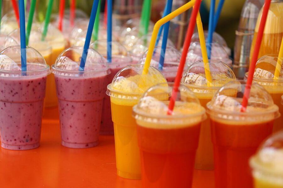 Do większości napojów nie potrzeba jakichkolwiek słomek, więc przed ich wzięciem zastanówmy się, czy przypadkiem nie produkujemy niepotrzebnych śmieci.