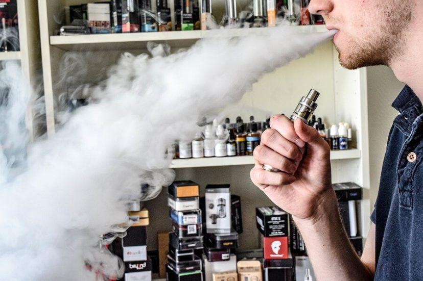 """Rośnie popularność e-papierosów. Są uznawane za """"zdrowszą"""" alternatywę dla klasycznego dymka."""