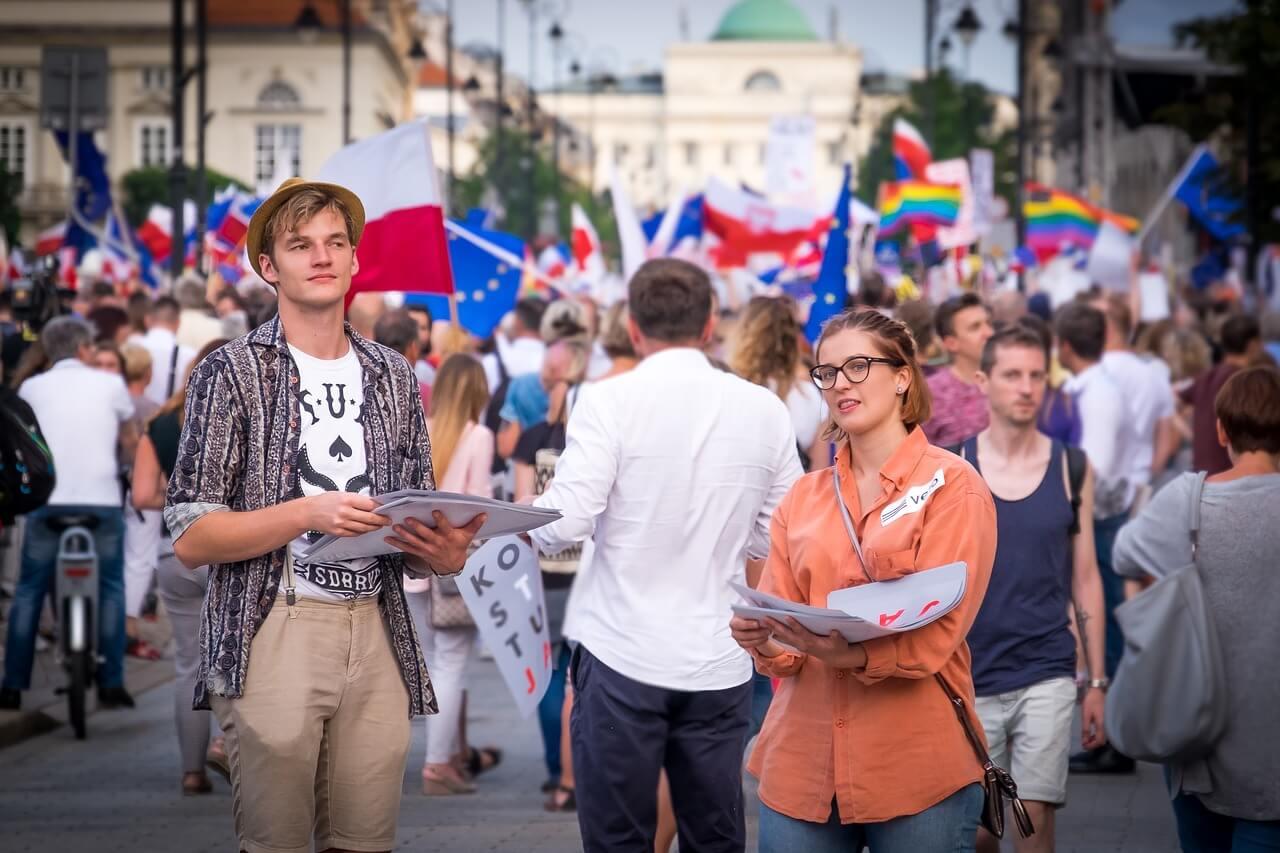 Młodzi ludzie w Polsce są niechętni Kościołowi katolickiemu a wiedzę o polityce czerpią z Facebooka - wynika z raportu Centrum Studiów Wschodnioeuropejskich