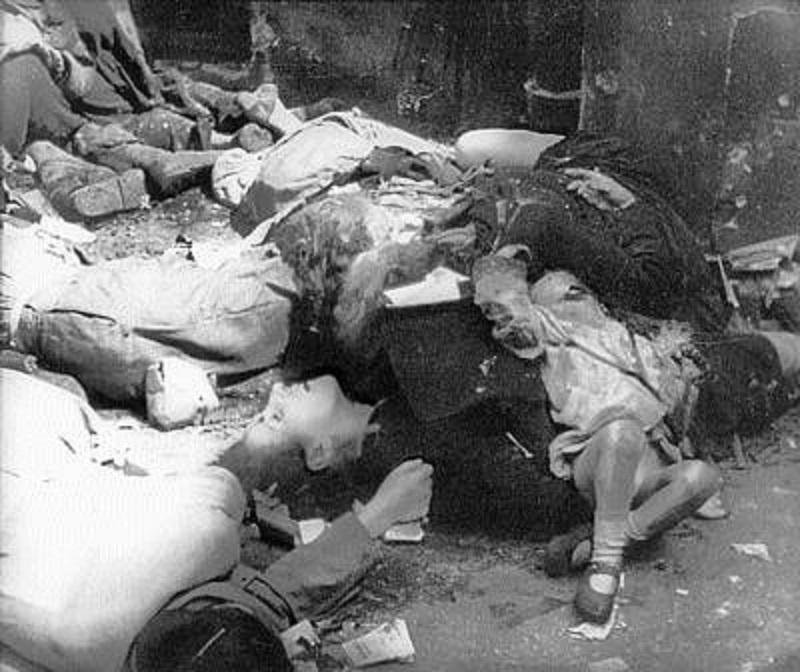 Polscy cywile zamordowani przez niemieckich żołnierzy w czasie powstania  warszawskiego