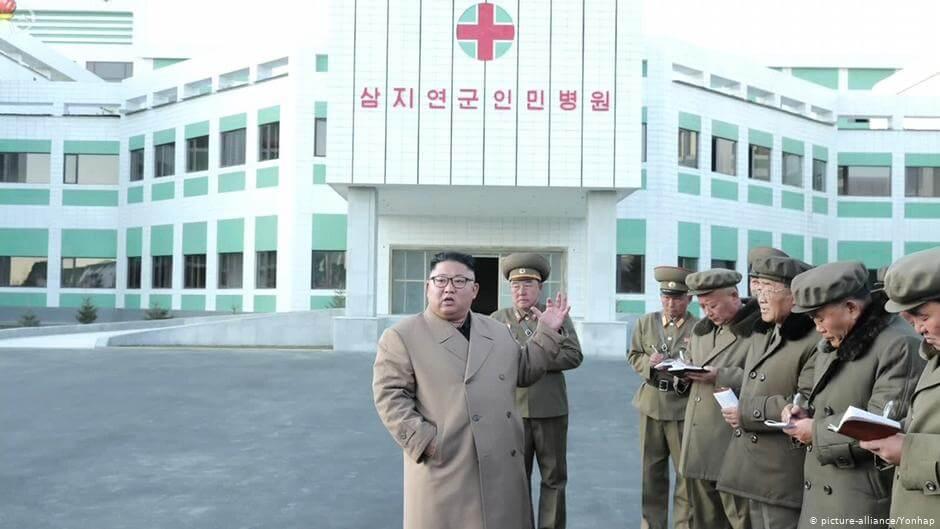 Kim Dzong Un prezentuje główny szpital miasta