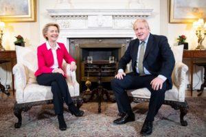Ursula von der Leyen i Boris Johnson rozmawiają w Londynie