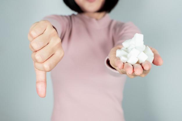 ruktoza podbija serca i podniebienia nieświadomych konsumentów.  Kusi słodkim smakiem (jest dwa razy słodsza niż cukier) i wpędza w  pułapkę myślenia, że skoro używamy jej mniej niż zwykłego cukru to nie  musimy się obawiać o zdrowie. Czy tak rzeczywiście jest? Czy substancja  jest dla nas dobra i bezpieczna?
