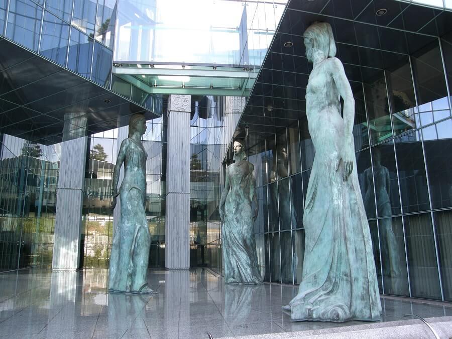 Gmach Sądu Najwyższego Rzeczypospolitej Polskiej - kariatydy na tyłach budynku