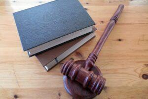 Jak wybrać odpowiednią kancelarię prawną? Czym się kierować?