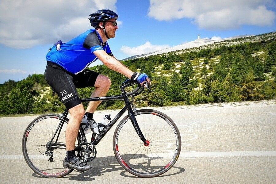 Jak ubrać się na rower latem? O czym pamiętać?