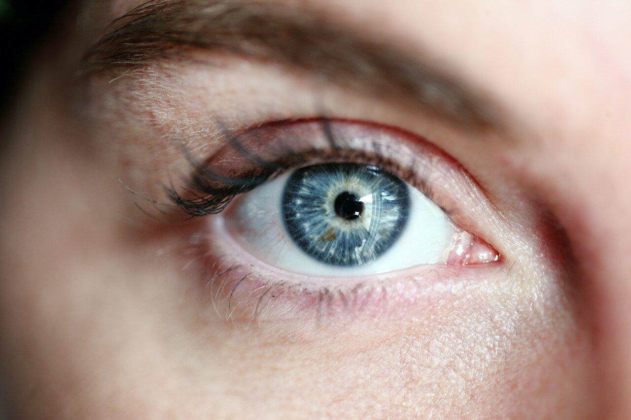 Szkła kontaktowe – dlaczego warto ich używać? Nie parują, można używać okularów słonecznych, są wygodne przy pracy lub aktywnościach sportowych.