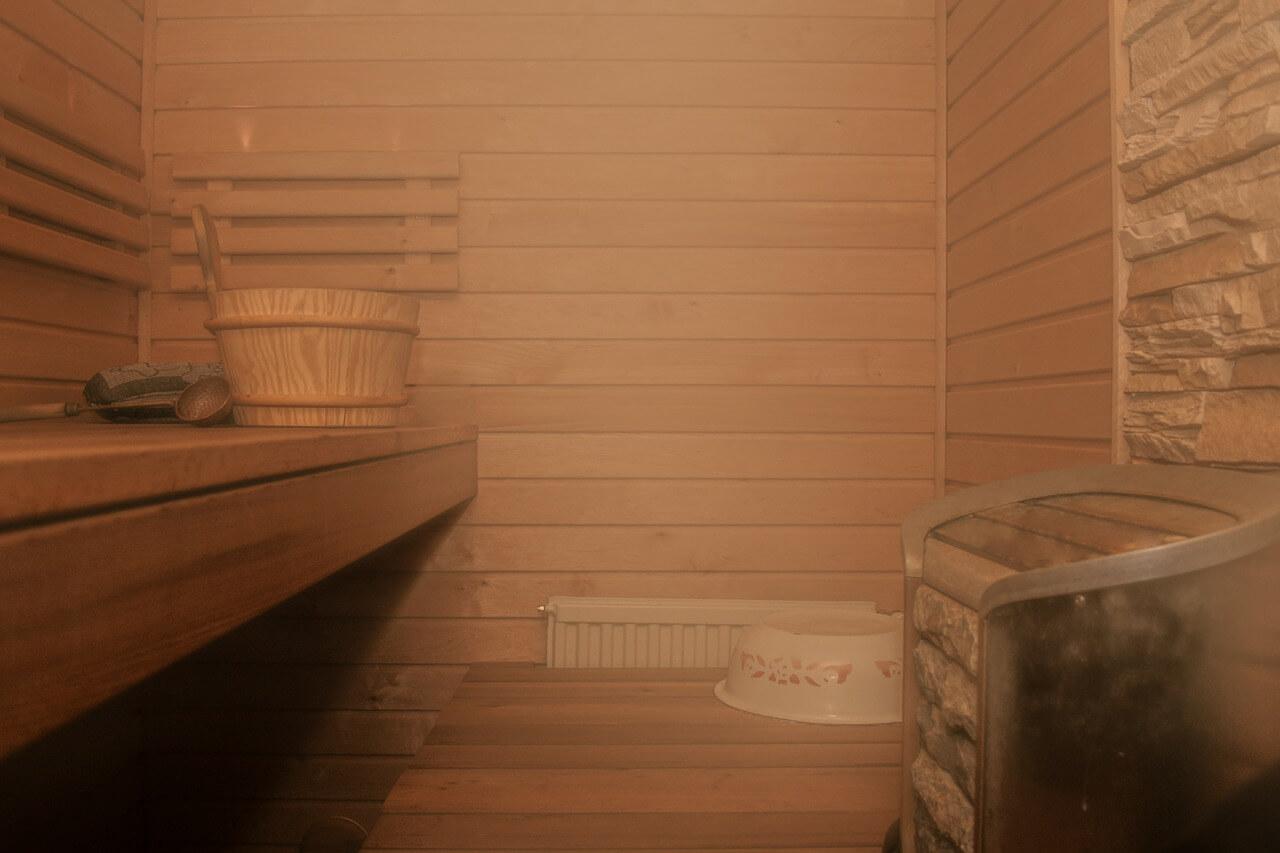 Wysoka wilgotność, względnie umiarkowana temperatura, wygoda i relaks, to nie opis wakacji w ciepłych krajach, lecz sesji w saunie parowej