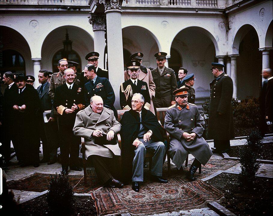 Winston Churchill, Franklin D. Roosevelt i Józef Stalin w Jałcie. Siedzą na środku włoskiego patio w pałacu w Liwadii. fot. wikipedia