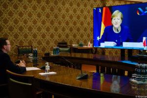 """Morawiecki rozmawiał z Merkel. Potwierdził """"gotowość do zawetowania budżetu UE"""""""