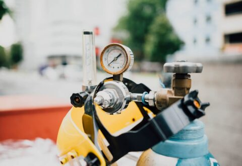 Kompresor tłokowy – dlaczego warto zdecydować się na zakup urządzenia?