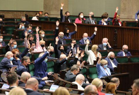 Czy unijne miliardy zasilą autorytarny polski rząd? PiS chce z Funduszu Odbudowy finansować nowy program wyborczy