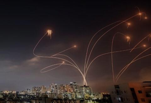 """W kierunku Izraela odpalono ponad tysiąc pocisków rakietowych. Czy systemem obrony powietrznej """"Żelazna Kopuła"""" jest skuteczny?"""
