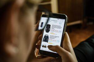 Jak dobrze sprzedać, kupić i zarobić na ubraniach w sieci