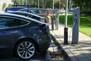 Od 2035 roku w UE nie będzie można sprzedawać nowych samochodów z silnikami spalinowymi